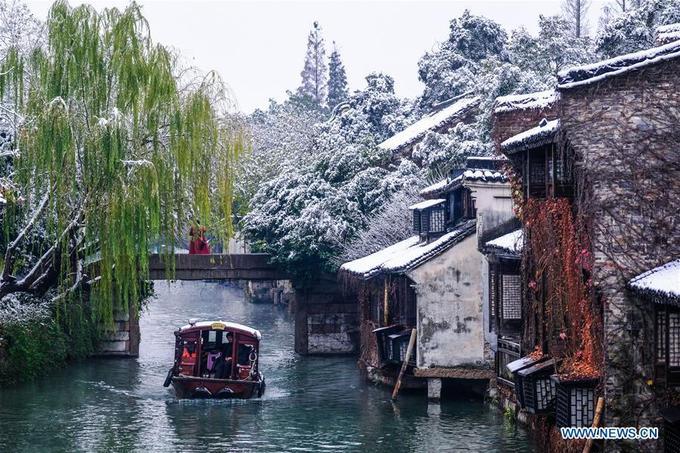 Trời lạnh, tuyết rơi nhiều không hề cản trở các đoàn khách tới với Ô Trấn. Các hoạt động du lịch ở đây diễn ra bình thường, bao gồm cả hoạt động đi thuyền dọc theo những con kênh.
