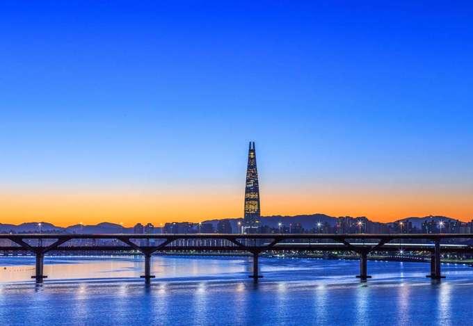 Sông Hán, Hàn Quốc  Đứng thứ 10 trong danh sách là sông Hán ở Hàn Quốc. Nơi đây nằm không quá xa trung tâm thủ đô Seoul nên rất thuận tiện cho du khách muốn tham quan. Bạn có thể mua vé trải nghiệm một chuyến phà trên sông kết hợp ngắm hoàng hôn.