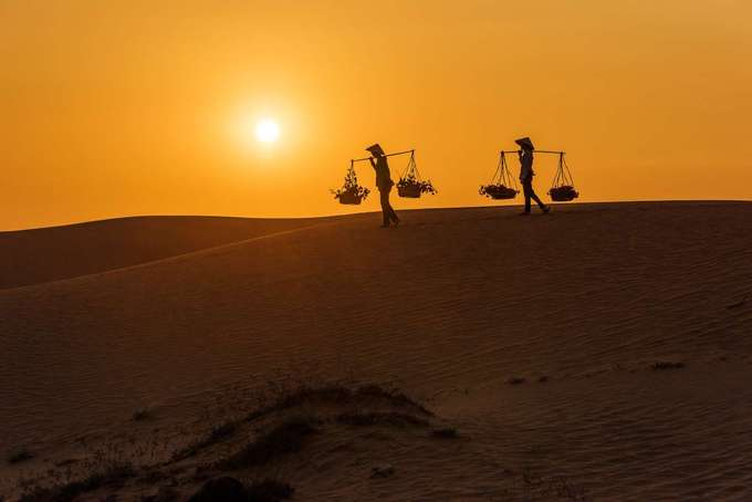 Mũi Né, Việt Nam  Mũi Né thuộc TP Phan Thiết, tỉnh Bình Thuận. Trang MSN xếp khung cảnh hoàng hôn ở đây đẹp thứ 10 và gợi ý du khách nên đến các bãi biển hoặc đồi cát để có thể chiêm ngưỡng khung cảnh đẹp đẽ này. Đồi cát Mũi Né, Bàu Trắng, Suối Tiên, làng chài Mũi Né cũng là những nơi bạn nên đến trong chuyến khám phá tỉnh duyên hải miền Trung.