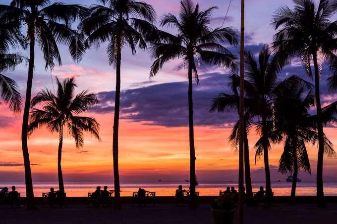 Vịnh Manila, Philippines  Điểm du lịch nổi tiếng của Philippines thu hút rất đông du khách đến tham quan vào mỗi buổi chiều hoàng hôn. Vịnh nằm phía tây của Metro Manila. Du khách đi dọc đại lộ Roxas sẽ thu vào tầm mắt khung cảnh đẹp mắt khi bầu trời chuyển màu, ánh vàng rực rỡ phủ lên mặt biển phẳng lặng.