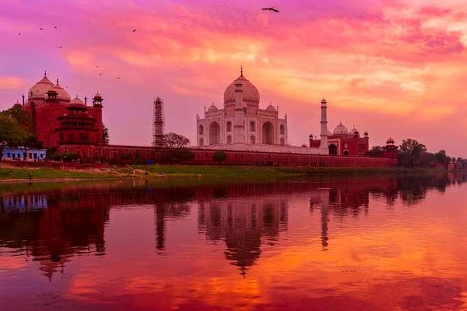 Taj Mahal, Ấn Độ  Được xếp vào một trong 7 kỳ quan thế giới đương đại, đền Taj Mahal là điểm đến mơ ước của nhiều du khách. Đền được xây dựng từ đá cẩm thạch trắng, khi mặt trời đi xuống, ánh nắng cuối ngày chiếu lên công trình tạo khung cảnh choáng ngợp. Đây cũng là điểm săn ảnh nổi tiếng với nhiều nhiếp ảnh gia trên thế giới.