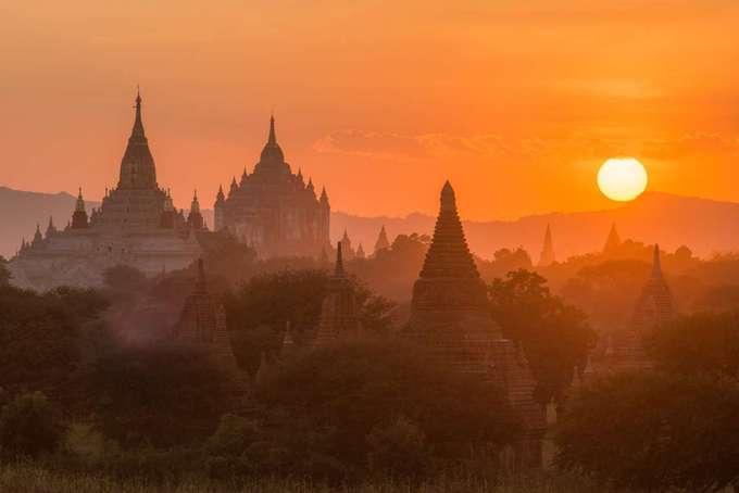 Bagan, Myanmar  Thành phố cổ của Myanmar nổi tiếng khắp thế giới với hình ảnh những ngôi đền ẩn hiện trong làn sương mờ vào sáng sớm. Cuối ngày, khi mặt trời lặn xuống, những tia nắng cuối cùng len lỏi tạo thành đường viền cho hàng nghìn ngôi đền và chùa cổ.