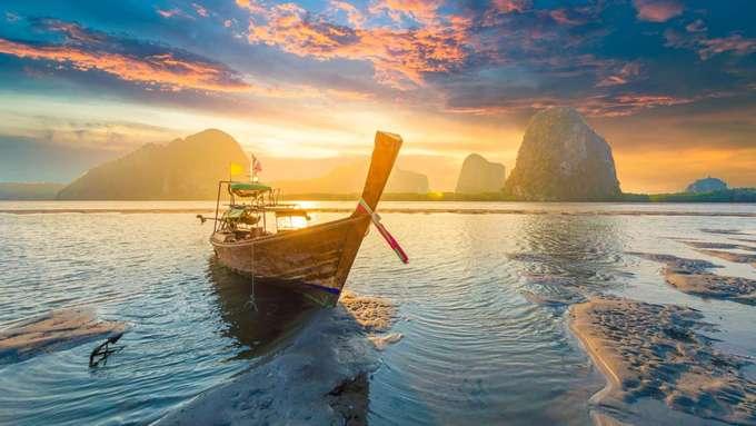 Phuket, Thái Lan  Đảo lớn nhất của Thái Lan là chốn nghỉ mát được khách du lịch ưa thích. Nơi đây được biết đến với nhiều bãi biển đẹp và cuộc sống về đêm nhộn nhịp. Bãi biển Kata, Surin hay mũi Promthep là một số nơi nổi tiếng để bạn bắt được cảnh hoàng hôn ấn tượng.