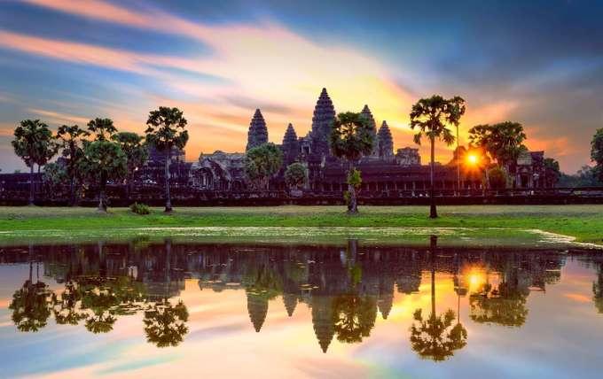Angkor Wat, Campuchia  Angkor là quần thể di sản được đánh giá lớn nhất Đông Nam Á, là Di sản Thế giới được UNESCO công nhận. Mỗi năm có hàng nghìn du khách tới đây để tham quan những dấu tích còn sót lại của vương quốc Khmer, có từ thế kỷ thứ 9. Tại đây, bạn có thể chụp lại hoàng hôn phản chiếu lên mặt nước, phía xa là những ngôi đền cổ.