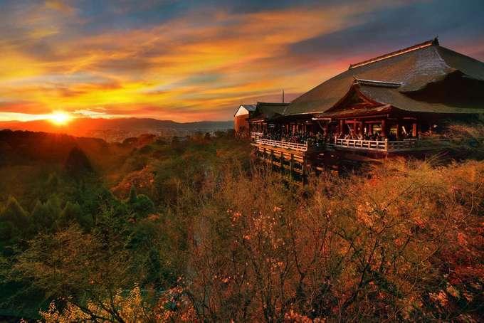 Đền Kiyomizu-dera, Nhật Bản  Kiyomizu-dera là địa danh mà du khách không thể bỏ qua khi đến tham quan cố đô Kyoto, Nhật Bản. Mỗi năm, ngôi đền đón khoảng 3 triệu lượt khách. Ngôi đền xếp thứ 8, sau vịnh Hạ Long của Việt Nam. Nơi ngắm mặt trời lặn đẹp nhất là cổng phía tây Sai-mon của ngôi đền.