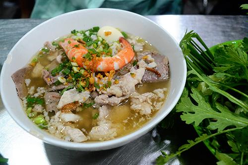Hủ tiếu Thành Đạt, quận 1  Đây là quán ăn mở cửa 24/24h, phục vụ duy nhất món hủ tiếu Nam Vang với giá 35.000 đồng một tô. Tọa lạc trên đường Cô Bắc, quán có không gian rộng nhưng vẫn hơi chật vào giờ cao điểm.  Hủ tiếu Nam Vang là món do người Việt sống ở Nam Vang (Phnom Penh ngày nay) chế biến theo phong cách phù hợp. Sợi hủ tiếu được đánh tơi, không dính, bên trên là lớp thịt bằm, thịt nạc, gan, cật, tôm, trứng cút và lớp hành lá xắt nhuyễn bắt mắt. Nước dùng được nấu từ xương, sườn heo.