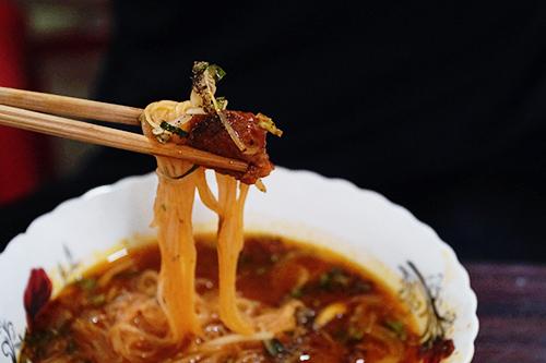 """Hủ tiếu bò kho """"Ấn Độ"""", quận 3  Nằm khuất trong con hẻm trên đường Võ Văn Tần, quán ăn của gia đình Ấn Độ mở bán đã gần 20 năm. Thực đơn chính là bò kho ăn kèm bánh mì hoặc hủ tiếu, mì. Thời gian dài sống ở Việt Nam giúp bà chủ gốc Ấn hiểu được việc nêm nếm phù hợp với khẩu vị của người Việt mới thu hút được khách. Thịt bò hầm mềm, không dai. Nước bò sền sệt, thơm và ngọt được nấu từ một số loại nguyên liệu từ Ấn Độ. Phần ăn có giá từ 35.000 đồng. Quán có không gian nhỏ, hẹp và hơi tối."""