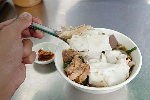 Hủ tiếu hồ, quận 6  Hủ tiếu hồ là món ăn có nguồn gốc từ Triều Châu. Theo chị Vân, chủ quán hủ tiếu hồ gần 20 năm trên đường Gò Công, món này có nghĩa là hủ tiếu nấu với lòng heo. Theo đó, bên trong tô hủ tiếu hồ lúc nào cũng có lòng heo, tai, lưỡi heo... và không thể thiếu cải chua xào, thứ rau ăn kèm hoàn toàn khác biệt. Các món lòng được ướp sơ trước khi chiên cùng nước dừa và ngũ vị hương. Giá mỗi phần ăn từ 25.000 đồng.