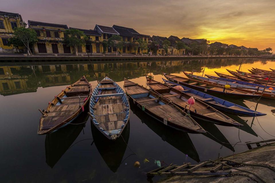1. Hội An, Việt Nam: Hội An với những dãy nhà cổ nối tiếp cùng các đền chùa với kiến trúc lâu đời là địa điểm du lịch hấp dẫn của Việt Nam. Các nhà hàng và khách sạn đang phát triển nhanh 2 bên bờ sông Thu Bồn đáp ứng lượng du khách lớn tới đây hàng ngày. Bạn có thể lựa chọn ngồi lên một chiếc thuyền gỗ đi dọc dòng sông để có một trải nghiệm đáng nhớ.