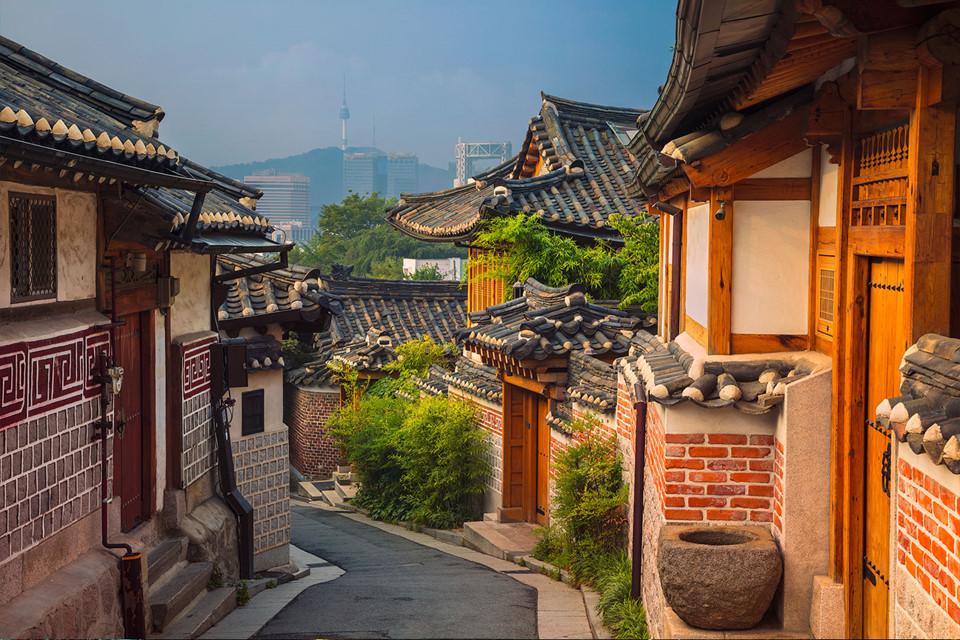 10. Seoul, Hàn Quốc: Thủ đô của Hàn Quốc là điểm du lịch hấp dẫn du khách với những đền chùa, đường mòn, công viên và các cung điện cổ xưa. Một điều đặc biệt khi ghé tham quan Seoul là bạn có thể chiêm ngưỡng những ngôi nhà gỗ truyền thống Hàn Quốc gọi là hanok, nằm rải rác 2 bên những con hẻm nhỏ của thành phố.