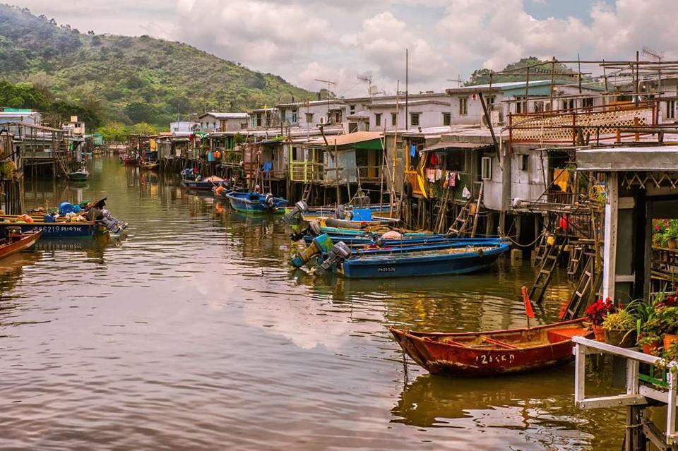 11. Tai O, Hong Kong, Trung Quốc: Tai O là một làng chài cổ với những ngôi nhà nổi cuối cùng còn sót lại ở Hong Kong. Tai O nằm ven biển được bao quanh bởi những ngọn núi hùng vĩ, đây là nơi có chợ hải sản nổi hấp dẫn, du khách có thể đi dọc theo các quầy hàng và mua sắm những món hải sản khô không nơi nào có.