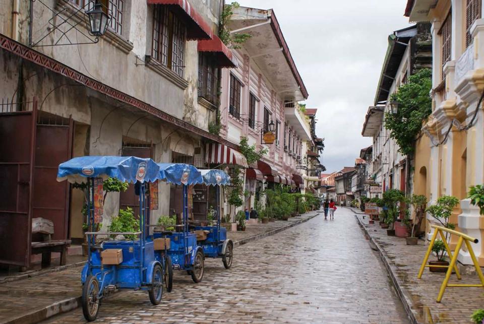 12. Vigan, Philippines: Vigan là một khu phố cổ mang kiến trúc thời thuộc địa Tây Ban Nha từ thế kỷ 16 của Philippines. Dọc các con phố là những đường lát đá cuội tuyệt đẹp, cùng khung cảnh lãng mạn 2 bên đường đủ để gây ấn tượng với bất kỳ ai tới đây.
