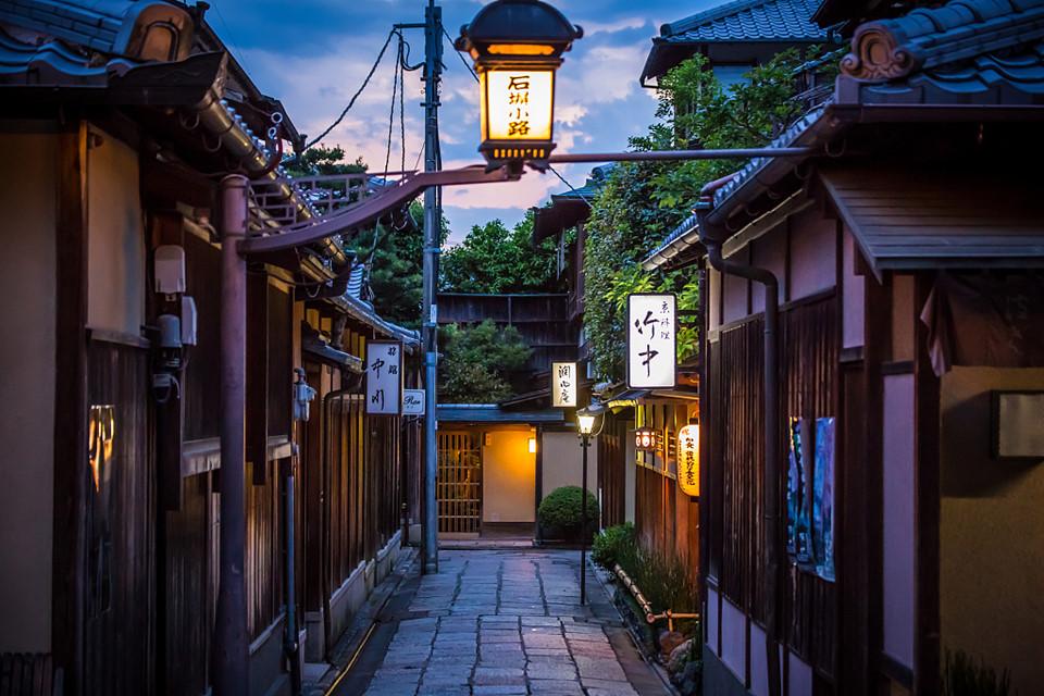 13. Kyoto, Nhật Bản: Thành phố Kyoto cổ kính hấp dẫn du khách từ những đền chùa, ngõ phố, con hẻm, những khu vườn phong cách thiền (Zen) tuyệt đẹp, những khách sạn hiếu khách và nét văn hóa độc đáo. Ngoài ra tới đây bạn có thể thưởng thức đồ ăn tại các nhà hàng, quán cà phê, sushi gắn sao Michelin quanh thành phố, giúp thay đổi vị giác ẩm thực của bạn.