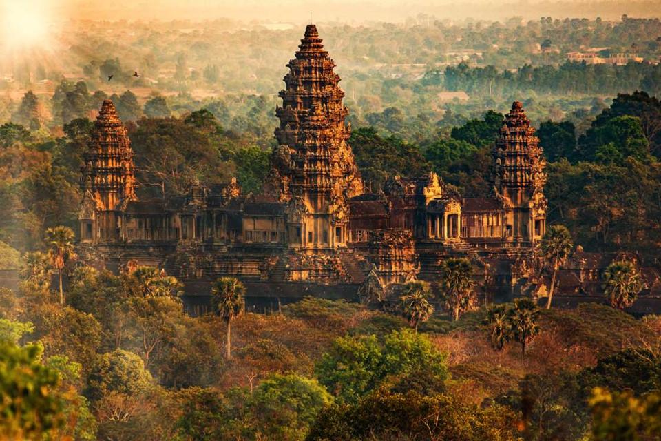 14. Angkor, Campuchia: Thị trấn cổ Angkor là nơi có công trình tôn giáo lớn nhất thế giới, Angkor Wat. Nơi đây từng là king đô của đề quốc Khmer, phát triển rực rỡ vào thế kỷ thứ 9 đến 15. Du khách tới đây có thể tham quan những Angkor Thom và Ta Prohm, 2 địa điểm từng xuất hiện trong phim Tomb Raider, hay những đền cổ nằm rải rác khắp thị trấn.