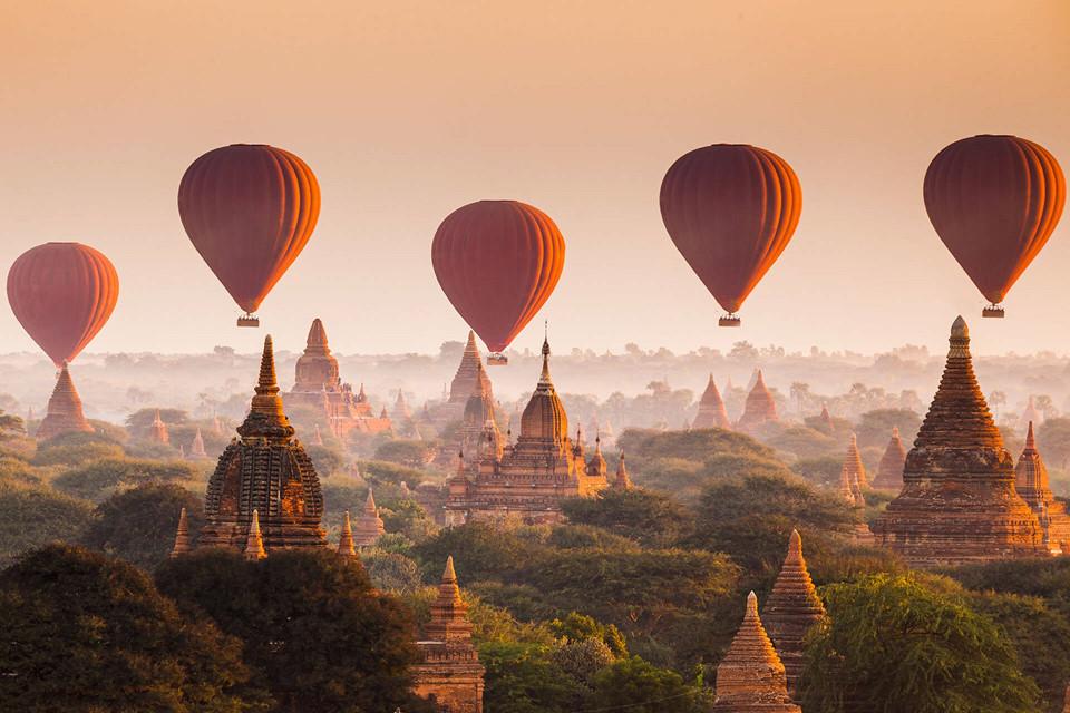 15. Bagan, Myanmar: Xứ sở cổ tích Bagan nổi tiếng với hơn 2.000 ngôi đền, chùa cổ được xây dựng trong khoảng từ năm 1057-1287, nằm rải rác trên một khu vực bình nguyên có diện tích 100 km2 này. Nơi đây đã từng là kinh đô của vương quốc Pagan (thế kỷ 10 đến 13), để khám phá được toàn cảnh Bagan bạn có thể lựa chọn tham quan bằng khinh khí cầu từ trên không.