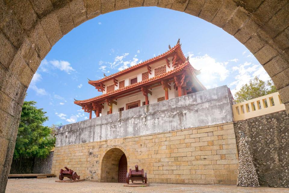 2. Đài Nam, Đài Loan, Trung Quốc: Đài Nam là một trong những thành phố lâu đời nhất ở Đài Loan, nổi tiếng với nhiều ngôi đền, chùa cổ. Bạn có thể đi dọc theo những con phố hay hẻm nhỏ của thành phố là cách tốt nhất để khám phá những địa danh lịch sử lâu đời như cổng Ninh Nam (ảnh) và đền Tam Sơn Quốc Vương.