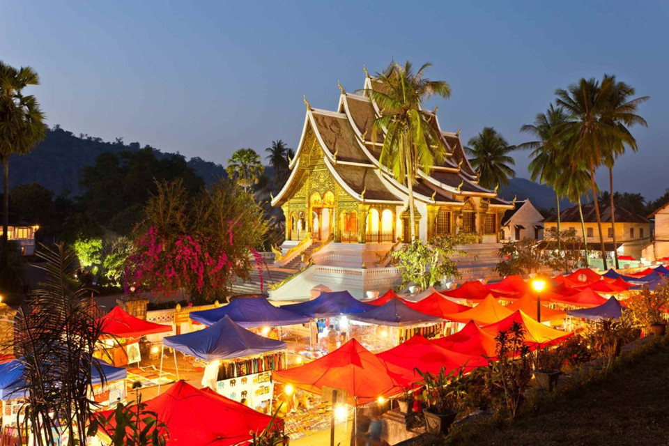 3. Luangprabang, Lào: Luangprabang là thành phố nằm trên bán đảo ở ngã 3 sông Mekong và sông Nam Khan. Các tòa nhà theo lối kiến trúc thời Pháp thuộc đan xen với những ngôi đền cổ kính, cùng với các nhà hàng và khu mua sắm luôn rất thu hút với mọi du khách tới đây.