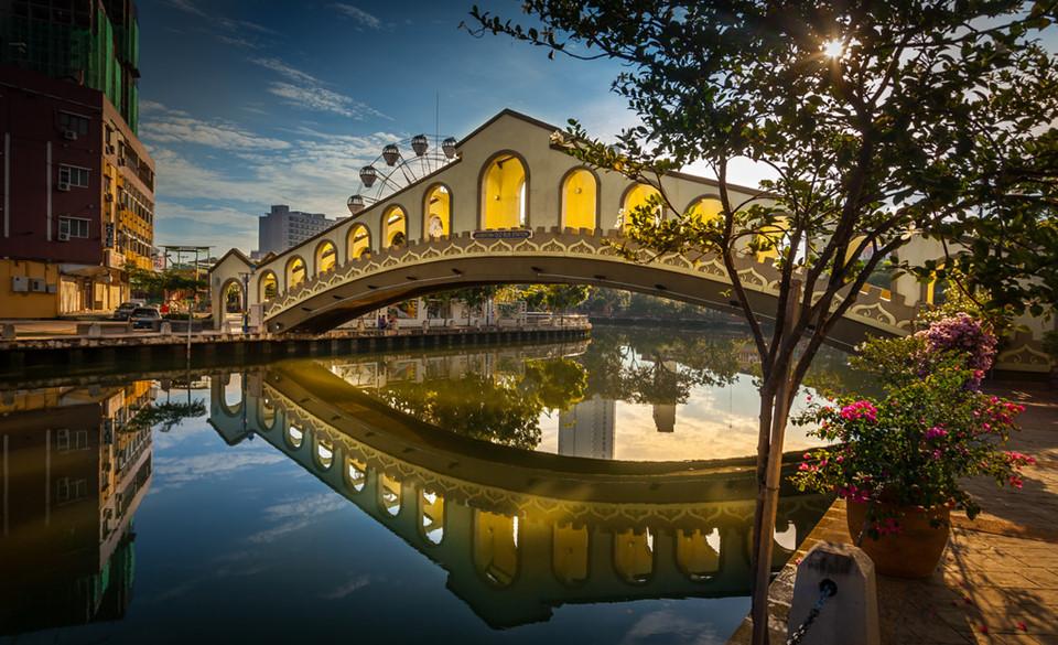 5. Malacca, Malaysia: Malacca là thành phố lịch sử với nhiều pháo đài, tháp, nhà thờ, bảo tàng... có từ thời Anh, Bồ Đào Nha, Hà Lan đô hộ nơi đây. Tới đây bạn có thể thoải mái tham quan khu phố mua sắm Jonker hoặc đến bãi biển Tanjung Kling để thư giãn và tận hưởng ánh nắng.