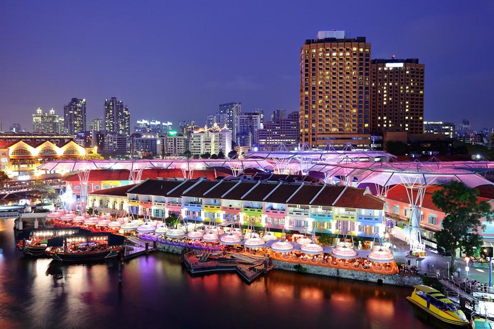 6. Bến Clarke, Singapore: Bến Clarke là một trong ba bến cảng ở Singapore, nơi đây thực sự trở nên sôi động vào buổi tối. Các nhà hàng và khu giải trí, quán bar san sát nhau với lối kiến trúc thuộc địa cổ mang đến cho du khách trải nghiệm ăn uống bên bờ sông và vui chơi giải trí về đêm hấp dẫn.