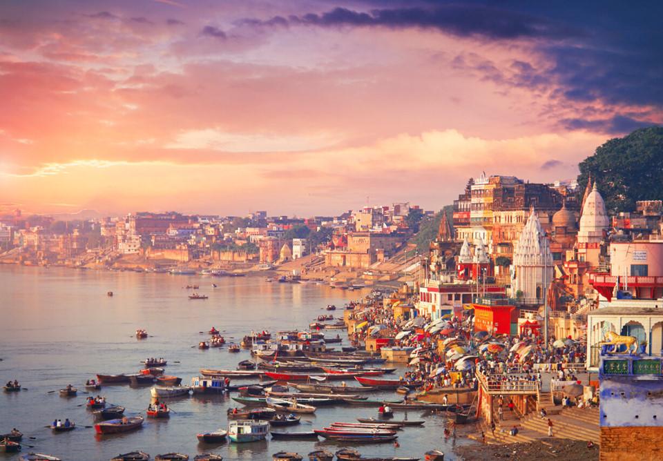 7. Varanasi, Ấn Độ: Varanasi là một thành phố linh thiêng dành cho người theo đạo Hindu trên khắp thế giới. Các tín đồ thường tới đây tham gia các nghi lễ, nghi thức tìm kiếm sự thanh thản tâm hồn bên bờ sông Hằng. Ngoài ra du khách có thể khám phá những con phố, ngõ hẻm đầy màu sắc để hiểu rõ hơn về nét văn hóa của người Ấn Độ.