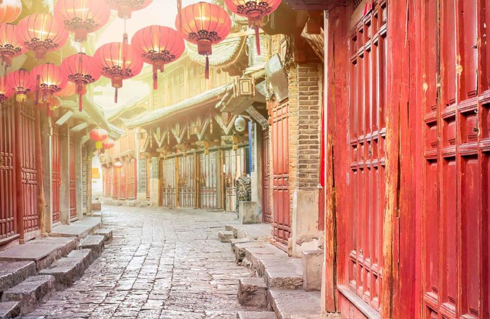8. Lệ Giang, Trung Quốc: Thị trấn nằm ở phía tây nam tỉnh Vân Nam, Trung Quốc này thu hút du khách bằng sự pha trộn vẻ đẹp kiến trúc, văn hóa và lịch sử. Lệ Giang là một Di sản Thế giới được UNESCO công nhận, mang kiến trúc cổng vòm độc đáo cùng sân trong, với lối kiến trúc Naxi, một dân tộc thiểu số ở Trung Quốc.