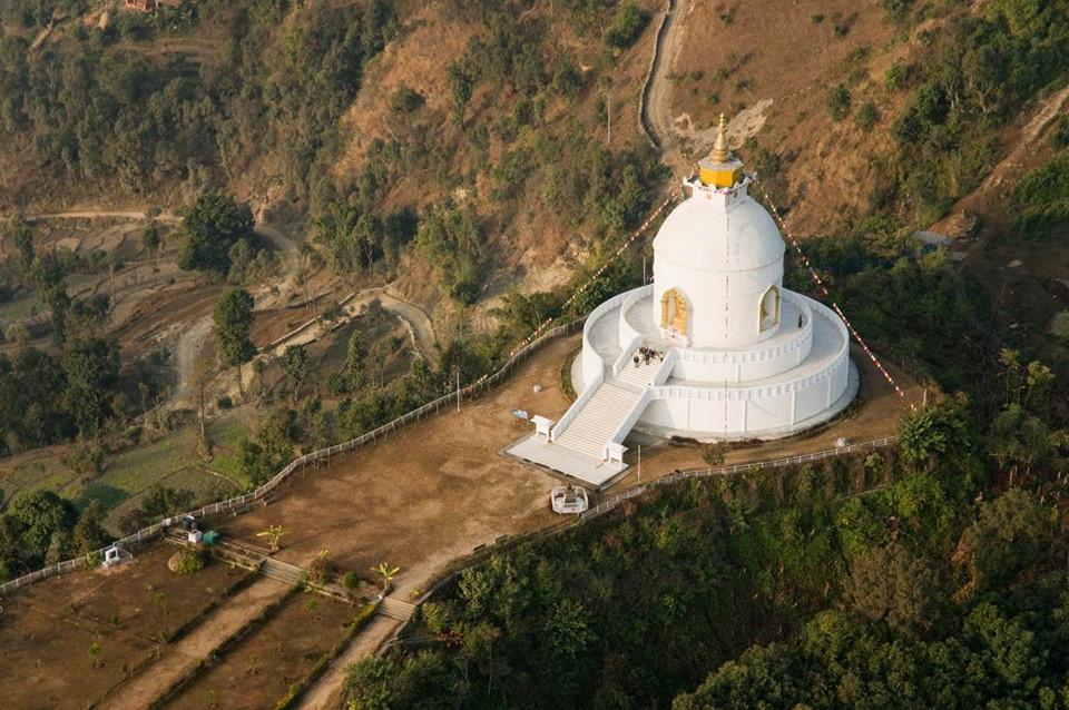 9. Pokhara, Nepal: Thị trấn cổ Pokhara có đầy đủ mọi thứ mà du khách cần, từ khung cảnh thanh bình, núi non hùng vĩ, nhà hàng sang trọng, các chuyến phiêu lưu hấp dẫn. Để ngắm được toàn cảnh Pokhara và dãy núi Annapurna, du khách có thể đi bộ đến chùa Hòa Bình Thế Giới (ảnh), vốn được các nhà sư Phật Giáo xây dựng trên một sườn núi sát hồ Phewa.