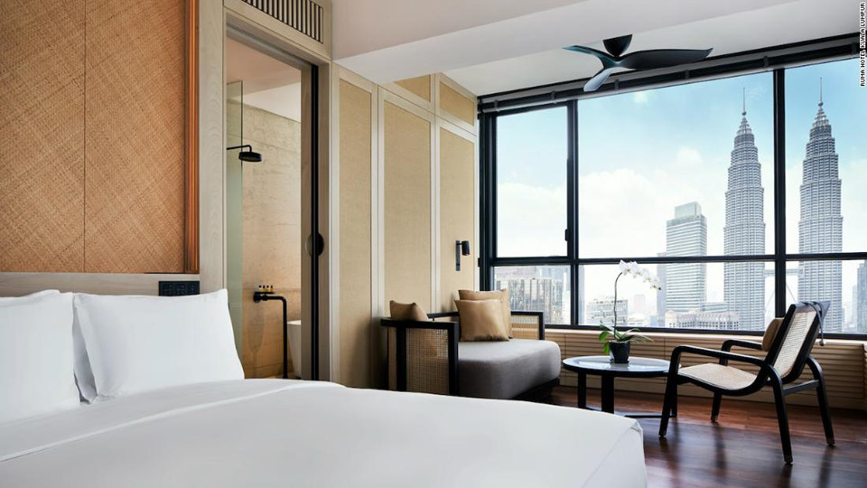 12. RuMa Hotel & Residences, Kuala Lumpur, Malaysia: RuMa Hotel & Residences là khách sạn hoàn toàn mới ở thủ đô Kuala Lumpur, Malaysia, nằm ngay gần tòa tháp đôi Petronas. Khách sạn cung cấp 253 phòng nghỉ với nội thất thủ công địa phương, cùng với bể bơi vô cực và hiên tắm nắng để khai thác triệt để thời tiết nhiệt đới của thành phố.