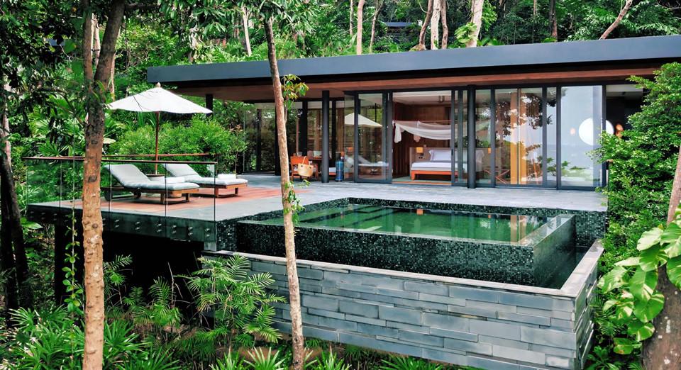 2. Six Senses Krabey Island, Campuchia: Six Senses Krabey là một khách sạn nghỉ dưỡng nằm trên một hòn đảo nhiệt đới tư nhân rộng 12 ha, với 40 biệt thự và hồ bơi riêng. Tới đây, bạn sẽ được tham gia nhiều môn thể thao dưới nước, câu cá, rạp chiếu phim ngoài trời, các dịch vụ spa... Ngoài ra, đồ ăn bao gồm các món ăn từ nền ẩm thực Khmer, rau củ được trồng hữu cơ trong trang trại riêng của khách sạn.