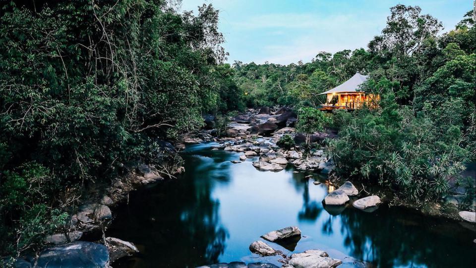 6. Shinta Mani Wild, Campuchia: Khách sạn nghỉ dưỡng Shinta Mani Wild nằm trong khu rừng hoang dã Shinta Mani ở miền nam Campuchia. Khách sạn có thiết kế cực kỳ độc đáo và sáng tạo, bằng cách kéo những sợi dây dài qua thác nước và dòng sông để giữ vững cho 14 căn lều khổng lồ. Du khách có thể tới đây bằng thuyền, và sẽ có được trải nghiệm như những vị vua chúa trong thập niên 60 ở Campuchia,