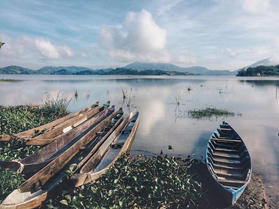 5-dia-diem-check-in-khi-den-buon-ma-thuot-dip-tet-nguyen-dan-ivivu-Hồ Lắk: Nơi đây là hồ nước ngọt tự nhiên lớn thứ hai Việt Nam, là địa điểm được hội du lịch phượt rất yêu thích. Hồ thông với con sông Krông Ana, xung quanh được bao bọc bởi những dãy núi lớn và các cánh rừng nguyên sinh với hệ động thực vật phong phú. Ảnh: @anny_sko.