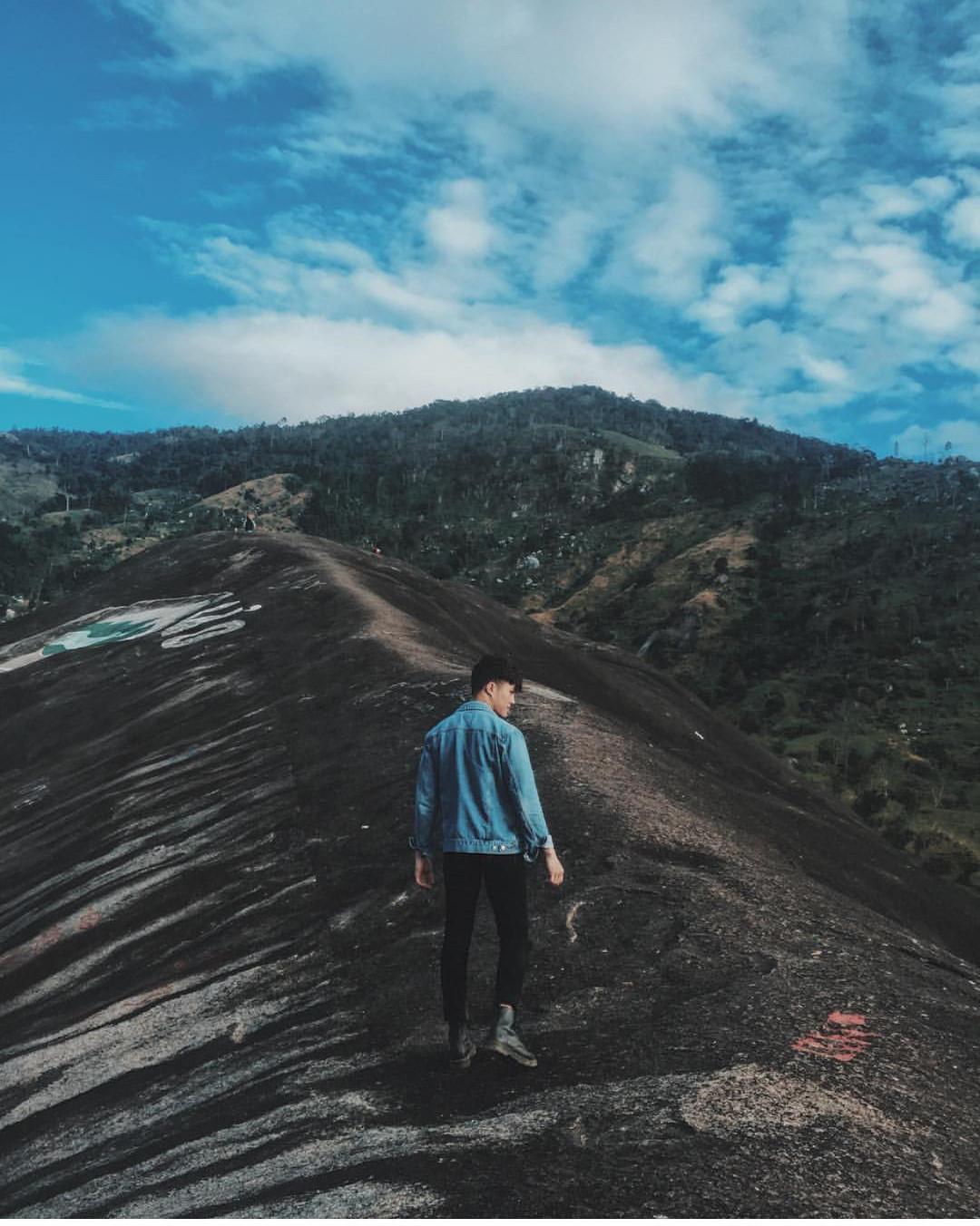 Núi Đá voi Yang Tao: Đá Voi Yang Tao gồm một cặp đá Voi Cha và đá Voi Mẹ hiện lên sừng sững giữa núi rừng, mang trong mình những truyền thuyết ly kỳ, bí ẩn. Từ mặt đất, mất khoảng 15 phút leo qua những sườn dốc thoai thoải, bạn sẽ lên đến đỉnh cao nhất của tảng đá, ở đây bạn có thể quan sát nhiều thắng cảnh trong vùng như hồ Yang Reh và dãy Chư Yang Sin. Những năm gần đây, địa điểm này là nơi yêu thích của rất nhiều bạn trẻ, đặc biệt là các phượt thủ khi đến Buôn Ma Thuột. Ảnh: @daktip, @taiinguyn_, @30.10ng.