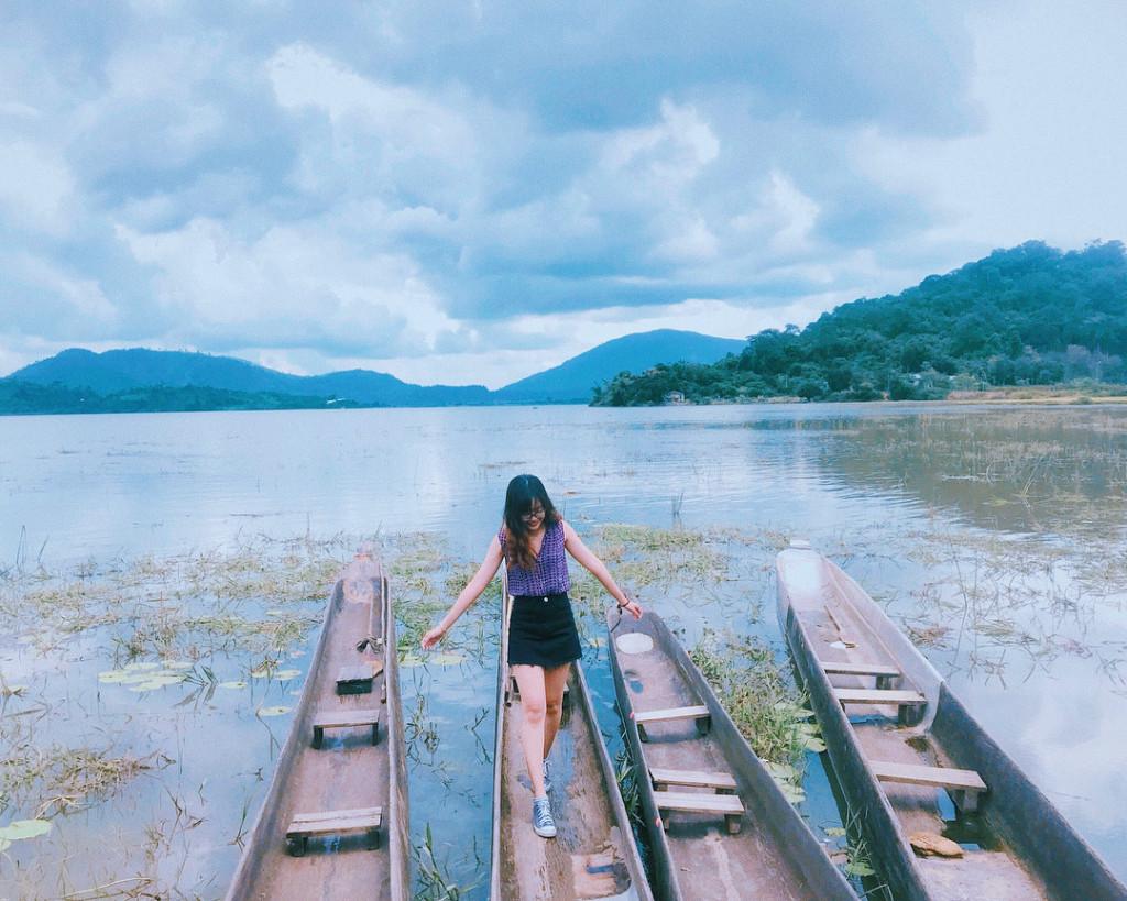 Đến hồ Lắk, bạn sẽ được ngồi trên những con thuyền nhỏ để tận hưởng trọn vẹn vẻ đẹp hoang dã của thiên nhiên. Không chỉ có cảnh vật sinh động, đặt chân đến đây bạn còn được chiêm ngưỡng nhiều bản sắc văn hóa Tây Nguyên như điệu múa lửa, múa ngày mùa, diễn xướng cồng chiêng, tơ rưng, đàn đá... Ngoài ra, khung cảnh tuyệt vời của hồ Lắk còn giúp bạn tậu về nhiều tấm ảnh đẹp, độc đáo. Ảnh: @ngan.ttrinh, @lintagram, @minh.inzaghi.