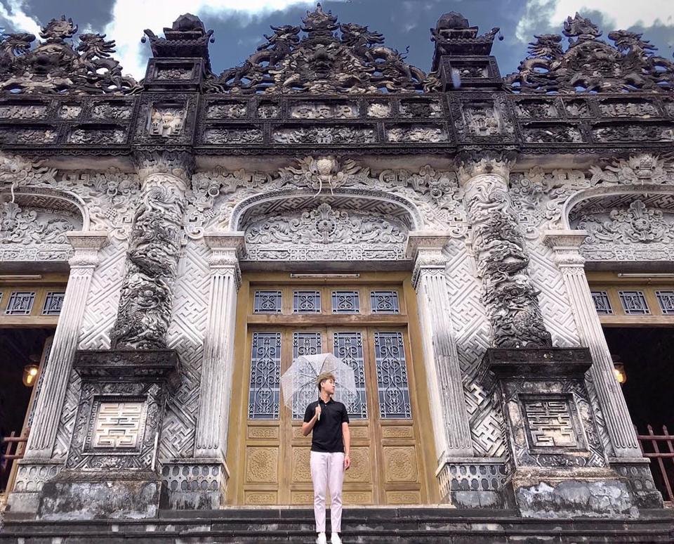 Lăng Khải Định: Cách trung tâm thành phố Huế khoảng 10 km, lăng Khải Định là địa điểm được rất nhiều du khách trong và ngoài nước đến tham quan. Dù có diện tích nhỏ, công trình kiến trúc của triều Nguyễn này vẫn thu hút nhờ những đường nét chạm trổ tinh xảo. Sự giao thoa giữa nhiều trường phái kiến trúc như Ấn Độ giáo, Phật giáo, Roman Gothic cũng là điểm nổi bật ở đây. Ảnh: @ng.manhquan, @diemsin.