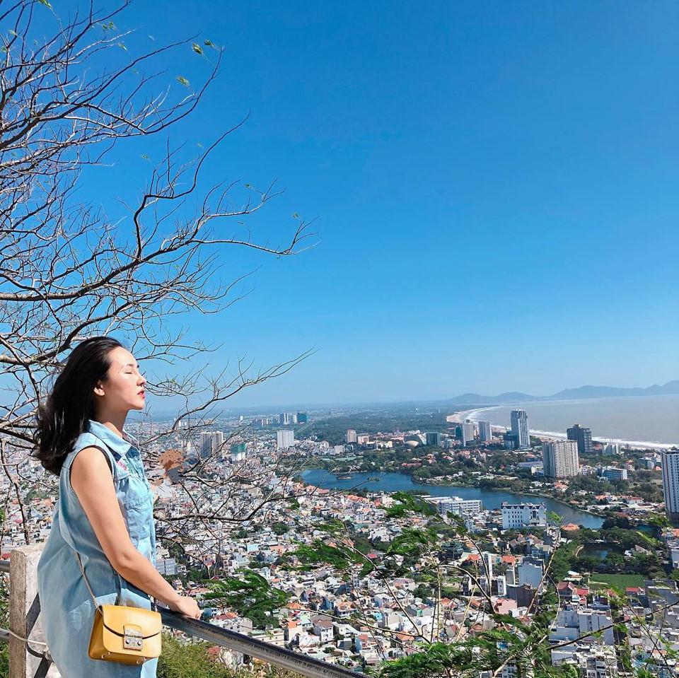 Hải đăng: Tọa độ nằm trên núi Tào Phùng này dành cho những bạn thích ngắm thành phố biển Vũng Tàu từ trên cao. Con đường uốn lượn từ chân núi lên ngọn hải đăng được rất nhiều bạn trẻ check-in. Dọc hai bên đường, bạn sẽ tìm được nhiều nơi để tạo dáng chụp hình với khung cảnh rất ấn tượng. Con đường sống ảo chất lừ này trở thành một địa điểm không thể thiếu khi du lịch Vũng Tàu. Ảnh: @cam_tu_174, @nguyet_huynh2310.
