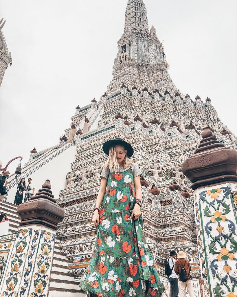 Chùa Bình Minh - Wat Arun: Với thiết kế kiến trúc khảm hình hoa, khảm đồ sứ màu Trung Quốc, ngôi chùa đã trở thành địa điểm hấp dẫn du khách đến Thái Lan. Đến đây bạn có thể chiêm ngưỡng vẻ đẹp nguy nga của ngôi chùa, cầu nguyện và lưu lại nhiều tấm hình đẹp chất ngất trong máy ảnh của mình. Ảnh: @novikes, @chloe.skillman, @cpmha, @_duyxn.