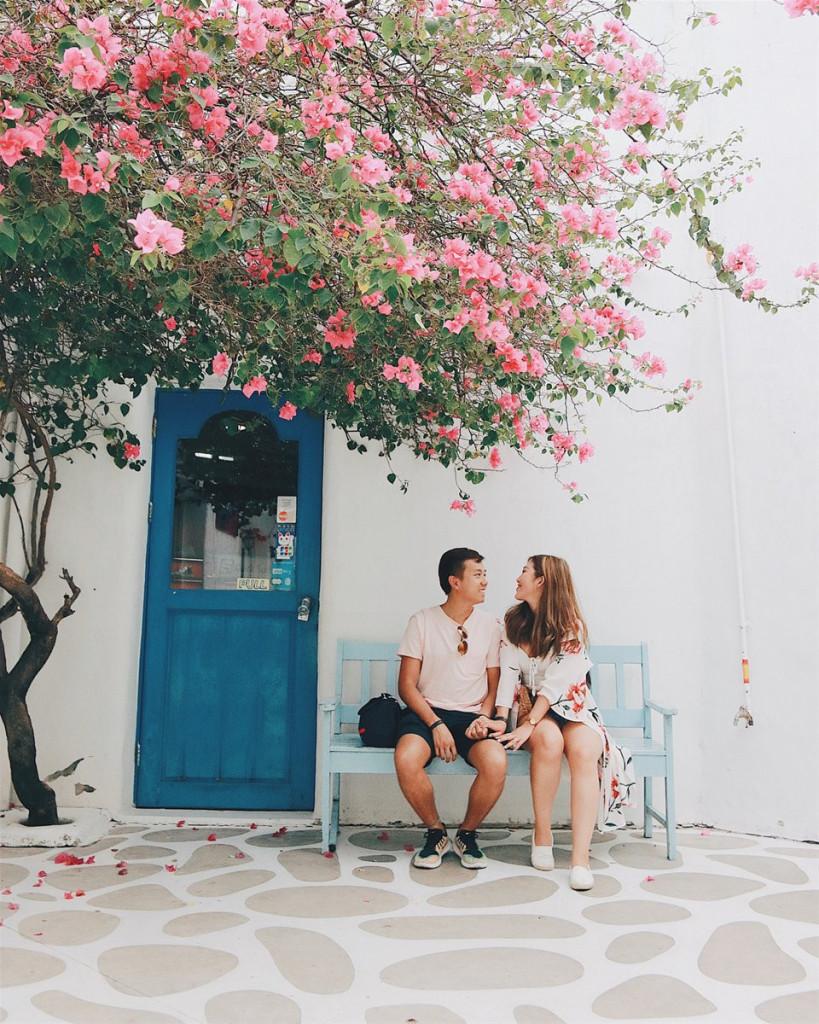 Santorini Park: Đến Santorini Park xinh đẹp ở Thái Lan bạn sẽ có cảm giác như đang ở ngôi làng nổi tiếng của Hy Lạp. Ô cửa màu xanh dương, bức tường trắng với giàn hoa giấy tươi thắm nổi bật... đã làm toát lên vẻ đẹp mê hồn khiến bạn có thể dành hàng giờ để dạo quanh và chụp cho mình những bức ảnh ấn tượng. Ảnh: @alleyzheng, @vanessaalamm.