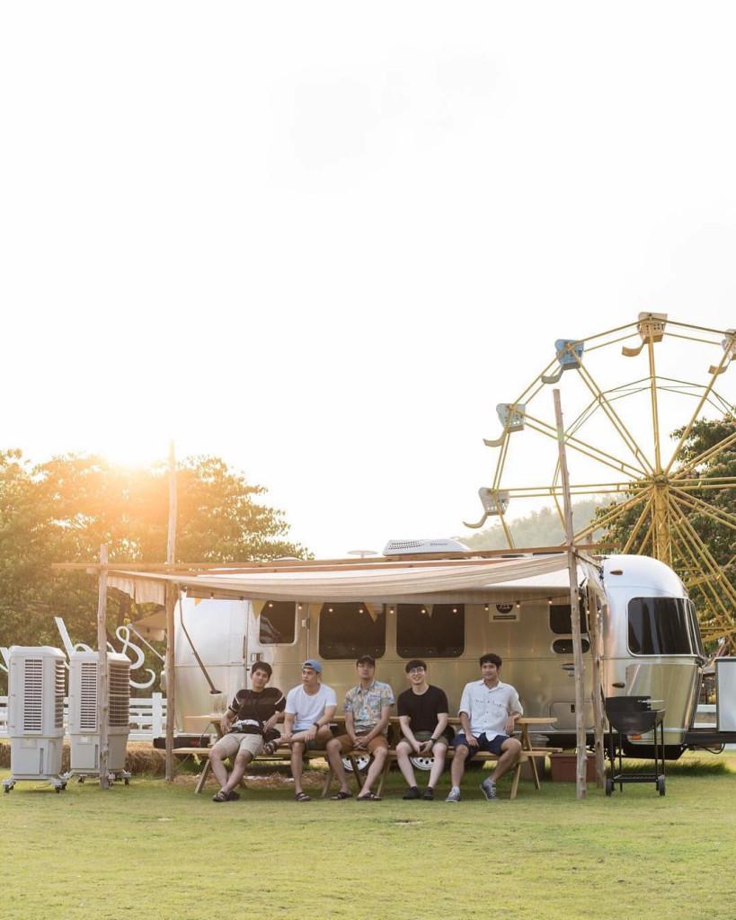 Camp Meating: Khu cắm trại ngoài trời nằm bên bờ hồ mang vẻ đẹp giản dị, lãng mạn và nên thơ. Quang cảnh khu cắm trại là những chiếc lều nhỏ phong cách boho dựng gần hồ, căn nhà gỗ mộc mạc, giản đơn, chiếc xe cắm trại của thập niên 80, 90 như đưa bạn đến những cảnh phim đậm chất châu Âu. Ảnh: @seandalt, @googlamper.