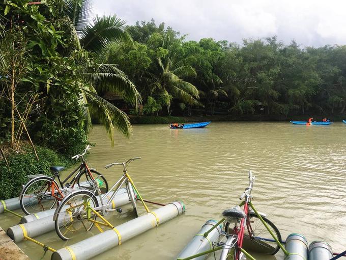 Nếu đi theo nhóm bạn hoặc gia đình từ Sài Gòn, bạn có thể tổ chức chuyến đi chơi trong ngày tại các khu du lịch, nơi có nhiều trò chơi hấp dẫn như đạp xe đạp trên nước, đu dây, đi thuyền trên sông, câu cá... Du khách đừng quên thử các loại cây ăn trái đặc sản như bưởi da xanh, mận An Phước, xoài cát Hòa Lộc, dừa xiêm xanh, dừa dứa… và thưởng thức các món ăn dân dã vào bữa trưa.