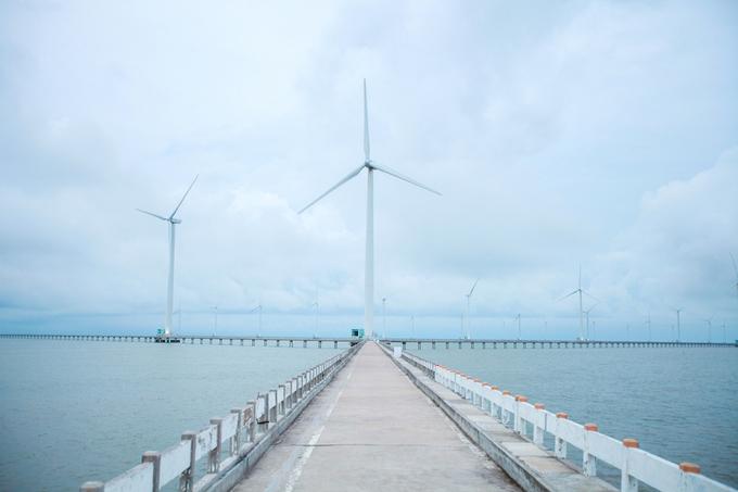"""Bạc Liêu  Về thăm xứ sở công tử Bạc Liêu, bạn sẽ được dịp thăm lại những nơi từng là bối cảnh cho những câu chuyện về công tử xứ này. Nhà của nhân vật trên tọa lạc tại số 13 Điện Biên Phủ, phường 3, thành phố Bạc Liêu là điểm dừng chân nhất định bạn phải ghé. Ngoài ra, Bạc Liêu cũng là nơi cánh đồng điện gió đầu tiên của Đông Nam Á được xây dựng trên thềm lục địa với 62 trụ turbine bên bờ biển, nơi bạn sẽ có nhiều bức hình """"sống ảo"""" đẹp mắt.  Từ TP HCM, có rất nhiều xe khách chất lượng cao đi Bạc Liêu khởi hành hàng ngày, nhiều khung giờ. Bạn nên chọn khởi hành buổi tối, ngủ trên xe, sáng sớm hôm sau đến nơi. Còn xuất phát từ các tỉnh phía Bắc, du khách có thể đáp máy bay tới TP HCM hoặc Cần Thơ rồi đi xe khách mất khoảng 3-5 giờ là đến nơi."""