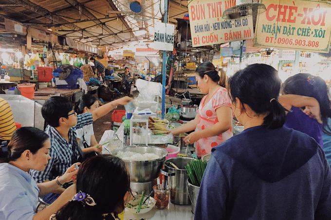 Bún thịt nướng bà Bảy, quận 4  Quán nằm trong chợ Xóm Chiếu, phục vụ chủ yếu cho người dân đi chợ và sống quanh khu vực, ít khách vãng lai. Theo chủ quán, địa chỉ đã mở bán được hơn 30 năm; trước khi vào bán ở chợ, quán chỉ là gánh nhỏ bán ở vỉa hè.