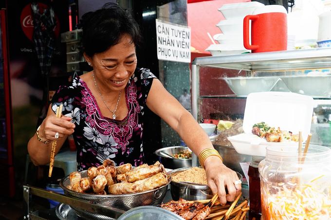 Bún thịt nướng chị Tuyền, quận 1  Toạ lạc ở trung tâm thành phố trên đường Cô Giang, hàng ăn này cũng đã tồn tại 40 năm, khởi đầu từ một gánh hàng rong quanh chợ. Đây là địa chỉ được đông khách du lịch tìm tới, trong đó có nhiều khách nước ngoài. Điểm nhấn của quán tạo nên sự khác biệt so với các nơi khác là dùng chung với bún thịt nướng còn có thịt bò xào. Thịt chín tới, mềm và thơm.