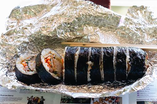 Món kimbap rất được lòng giới trẻ. Ảnh: Tâm Linh.