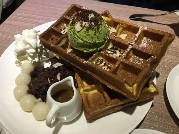 Kem trà xanh ăn kèm với bánh ngọt ở Via Tokyo - Ảnh: DƯƠNG QUÁN HẠ