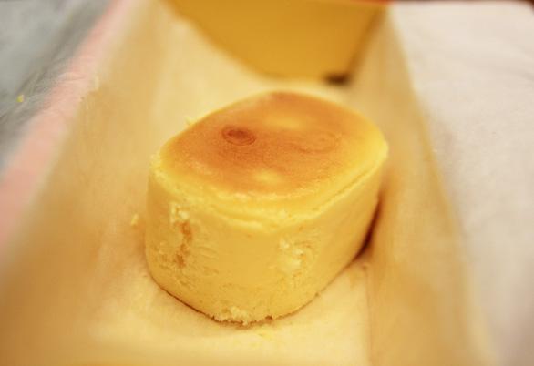 Những chiếc bánh bông lan ở Hanjuku Kobo mềm, mịn và thơm ngậy của phomat - Ảnh: DƯƠNG QUÁN HẠ