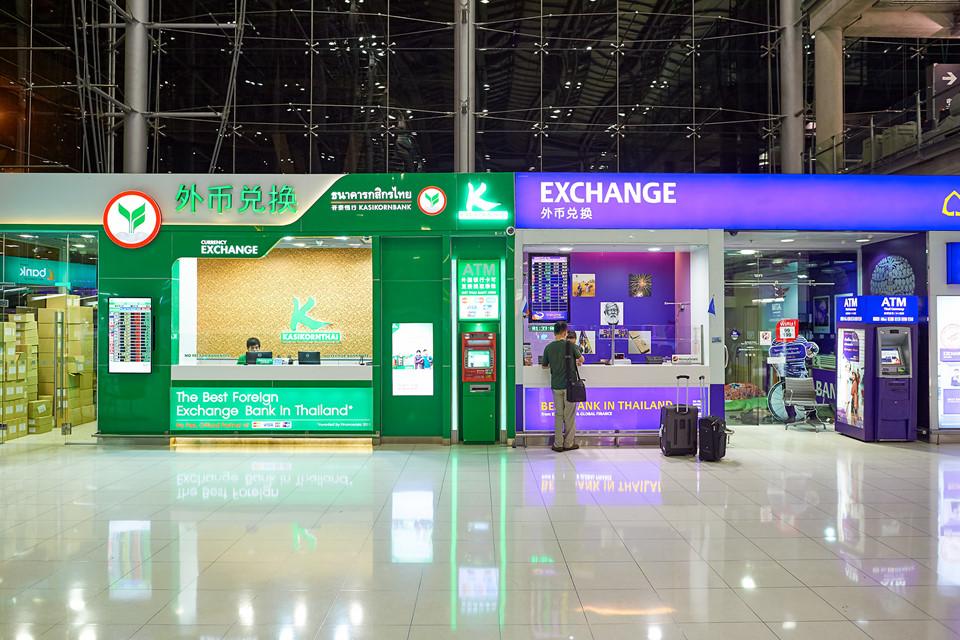 Đổi tiền: Đơn vị tiền tệ của Thái Lan là bath. Để tránh cập rập trong quá trình đi chơi, bạn nên lên kế hoạch về các khoản chi tiêu và đổi tiền bath ngay từ Việt Nam. Trong trường hợp muốn đổi ở Thái Lan, bạn nên chuẩn bị sẵn USD và có thể đổi ở sân bay hay trung tâm thương mại... Một lưu ý nhỏ là nếu muốn chuyển đổi ngoại tệ ở Thái Lan, bạn phải có hộ chiếu. Ngoài ra, khi làm thủ tục nhập cảnh vào Thái Lan, nhân viên hải quan có thể chọn ngẫu nhiên du khách và yêu cầu xuất trình 20.000 bath (13,6 triệu đồng). Ảnh: Shopjj.