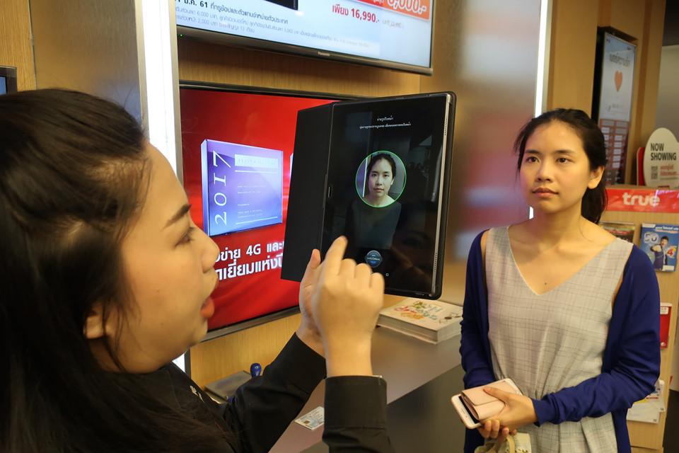 Bạn nên mua sim tại các quầy chính thức của các hãng ở hai sân bay lớn, Don Mueang và Suvarnabhumi. Nhằm đảm bảo an ninh, ở một số nơi, nhân viên có thể yêu cầu du khách làm thủ tục sinh trắc học, bao gồm lấy dấu vân tay và hình chụp khuôn mặt khi đăng ký mua sim. Để gọi về số máy Việt Nam, bạn nhớ bấm mã quốc gia +84 và bỏ đi số 0 ở trước mỗi đầu số. Trong trường hợp tài khoản hết tiền, bạn có thể đến các cửa hàng tiện lợi nhờ nhân viên nạp thêm với số tiền mong muốn. Ảnh: Nikkei Asian Review.