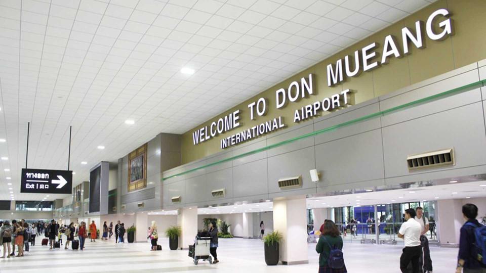 Di chuyển từ sân bay về trung tâm: Nhiều chuyến bay của các hãng hàng không giá rẻ sẽ đáp xuống sân bay Don Mueang. Từ đây, bạn có 4 cách để về trung tâm thành phố. Với cách đầu tiên, bạn bắt một trong hai chuyến xe buýt công cộng có mã hiệu A1 và A2, chạy từ 7h-24h mỗi ngày. Cách này phù hợp với những bạn đi một mình và muốn tiết kiệm chi phí vì giá vé rất rẻ, chỉ 30 bath (21.000 đồng). Nếu đi theo nhóm từ 3 người trở lên, bạn có thể chọn phương thức di chuyển bằng taxi. Ngoài ra bạn có thể đi bằng xe tốc hành của sân bay với giá 150 bath (105.000 đồng). Cách cuối cùng là đi bằng tàu hỏa từ nhà ga ở phía đối diện sân bay về ga Hua Lamphong. Ảnh: 12 Go Asia, Itravel Channel.