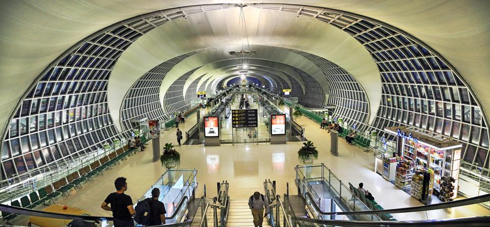 Một số chuyến bay của các hãng hàng không sẽ đáp tại sân bay Suvarnabhumi. Tàu điện, taxi và xe van công cộng là ba loại phương tiện mà nhiều người thường chọn để di chuyển từ sân bay này về trung tâm. Trong đó, tàu điện được nhiều người sử dụng nhất vì giá thành rẻ, tiện lợi về mặt thời gian cũng như giúp khám phá một phần của thủ đô Bangkok từ trên cao. Tàu điện Airport Rail Link hoạt động từ 6h-24h hàng ngày, với giá dao động từ 15-45 bath/vé (11.000-31.000 đồng). Ảnh: Nutnano, Thousand Wonders.