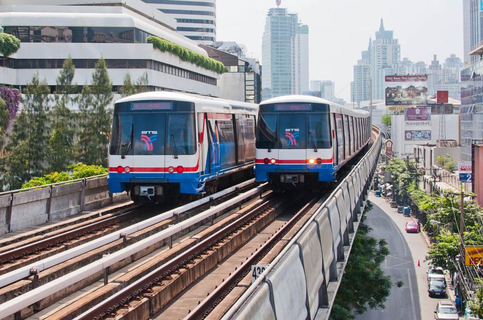 Tàu điện trên không BTS: Ngoài xe taxi, xe tuk tuk, xe buýt, tàu điện ngầm thì tàu điện trên không BTS được nhiều du khách sử dụng nhất khi tham quan ở Bangkok. Hệ thống tàu này kết nối nhiều tụ điểm vui chơi nổi tiếng. Bạn có thể mua vé lẻ ở từng trạm bằng tiền giấy hoặc xu tại các máy bán vé tự động. Nếu lịch trình trong ngày đòi hỏi phải sử dụng loại tàu điện này nhiều, bạn nên mua gói đi trọn 1 ngày, One day pass, với giá 140 bath (98.000 đồng). Giá trị của thẻ được tính từ lúc bạn kích hoạt đến 24h cùng ngày. Bên cạnh đó, nếu bạn dự định đến Bangkok thường xuyên, thẻ Rabbit là lựa chọn tối ưu. Loại thẻ này có thời hạn sử dụng đến 5 năm. Ảnh: Singbui.