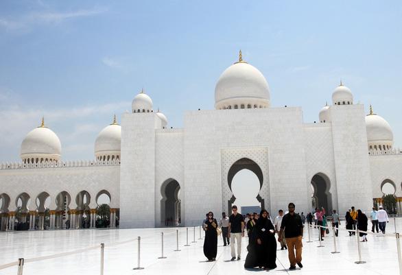 Phụ nữ phải mặc trang phục kín và không được hở tóc khi vào thăm thánh đường ở Abu Dhabi - Ảnh: DƯƠNG QUÁN HẠ